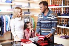 在购物中心的家庭 免版税库存照片