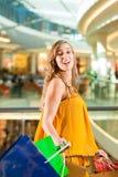 在购物中心的少妇购物与袋子 免版税库存图片