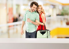 在购物中心的愉快,微笑的夫妇 免版税库存照片