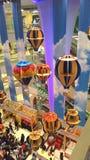在购物中心的热空气气球 图库摄影