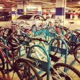 在购物中心的自行车驻地 免版税库存照片