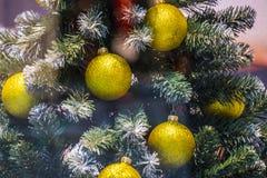 在购物中心的陈列室 与球装饰的圣诞节欢乐明亮的背景 免版税库存图片