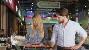 在购物中心的年轻夫妇步行 影视素材