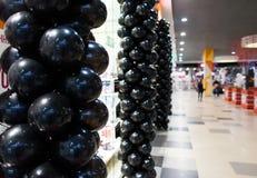 在购物中心的黑气球 库存照片