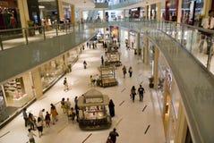 在购物中心里面的迪拜 免版税库存照片