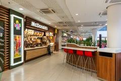 在购物中心里面的麦克唐纳餐馆 免版税库存照片