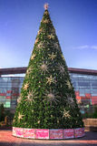 在购物中心附近的人为圣诞节杉树在莫斯科 库存照片