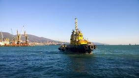 在货物工业口岸的一艘小服务船 在s的一艘船 库存图片