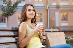 在购物期间的咖啡休息 免版税库存照片