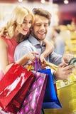 在购物期间的快乐的人 库存图片
