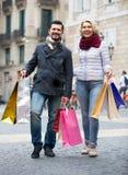 在购物游览的成熟夫妇 库存图片