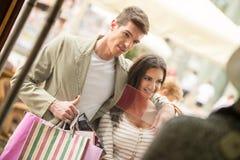 在购物的夫妇 免版税库存照片