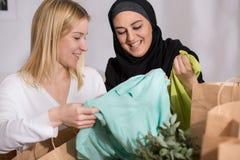 在购物的女性与穆斯林以后 免版税库存图片