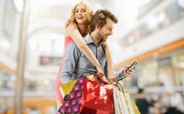 在购物的高兴夫妇 免版税库存图片