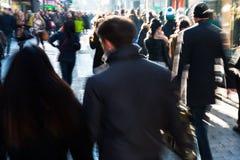 在购物街道上的人们在行动迷离 免版税库存图片
