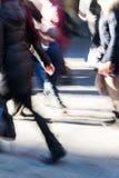 在购物街道上的人们在行动迷离 库存图片