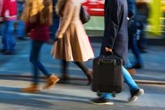 在购物街道上的人们在行动迷离 免版税库存照片