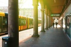 在购物街道上的美丽的柱廊在中央牟罗兹 免版税库存照片