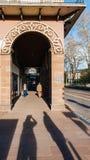 在购物街道上的美丽的柱廊在中央牟罗兹 免版税库存图片