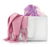 在购物袋的桃红色围巾与礼物盒 库存图片