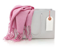 在购物袋的桃红色围巾 库存图片