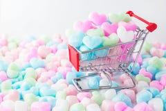 在购物车的五颜六色的心脏,爱五颜六色的泡沫心脏 免版税图库摄影