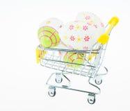 在购物车的复活节彩蛋 免版税库存图片