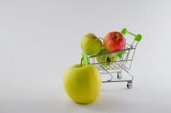 在购物车的新鲜的苹果 果子照片 健康产品 图库摄影