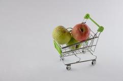 在购物车的新鲜的苹果 果子照片 健康产品 免版税库存照片
