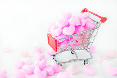 在购物车的桃红色心脏,爱桃红色泡沫心脏 对情人节 库存图片