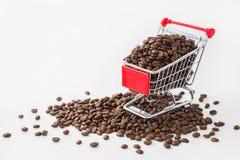 在购物车的烤咖啡豆 免版税库存照片