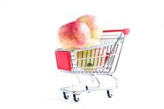 在购物车的苹果 免版税库存照片
