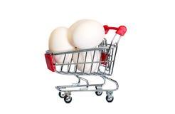 在购物车的鸡蛋isolaten 免版税库存照片