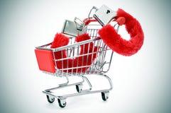 在购物kart的性感的蓬松手铐 免版税库存图片