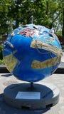 在巴特里公园的凉快的地球陈列在曼哈顿,纽约 库存照片