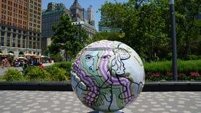 在巴特里公园的凉快的地球陈列在曼哈顿,纽约 免版税库存照片