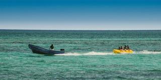 在水玩具被拖曳的游人 戽水者 免版税库存照片