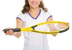 在给球拍的女性网球员的特写镜头 库存图片