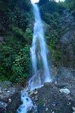 在从瑞诗凯诗巴德里纳特普里高速公路看见的喜马拉雅山的一条小河, Uttarakhand,印度 免版税图库摄影