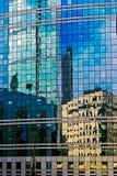 在玻璃一个现代大厦的门面的反射  库存图片