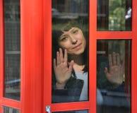 在玻璃后的面孔 免版税库存照片
