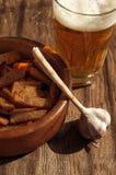 在玻璃和五谷油煎方型小面包片的啤酒 啤酒和快餐对啤酒 免版税库存图片