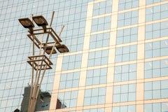 在玻璃和具体门面前面的灯岗位在一个现代公司skycraper大厦在巴西 免版税库存照片