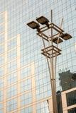 在玻璃和具体门面前面的灯岗位在一个现代公司skycraper大厦在巴西 库存照片
