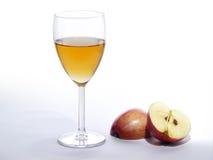 在玻璃和切的红色苹果,明亮的背景的苹果汁 库存照片