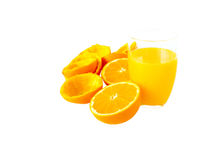 在玻璃和橙色果子一半和小便的新鲜的橙汁 库存图片