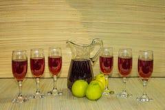 在玻璃和瓶自然草的红葡萄酒联接背景 免版税图库摄影