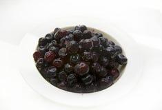 在玻璃和背景的蓝莓 在白色 库存图片