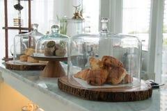 在玻璃响铃显示的面包店 库存照片
