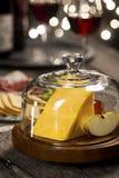 在玻璃圆顶下的切达干酪在节日晚会 库存图片